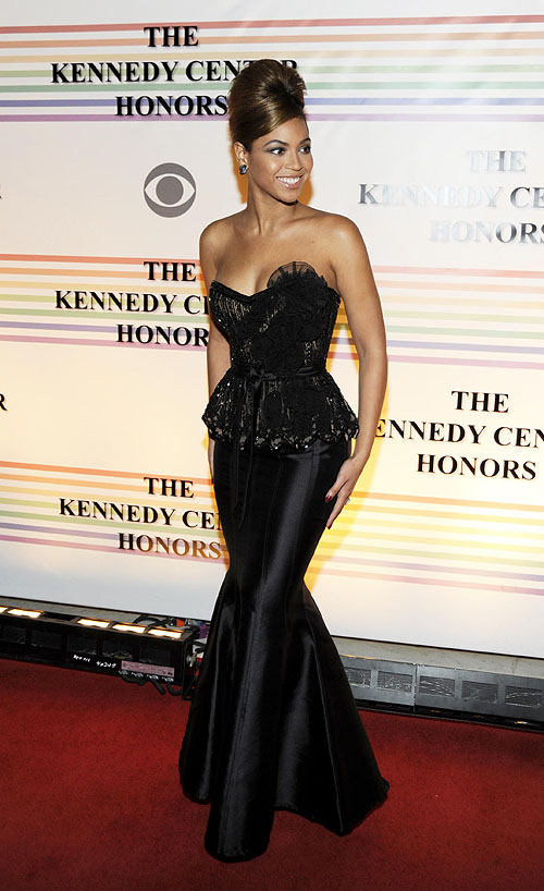 A fierce looking Beyonce arrives at the 2008 Kennedy Center Hono